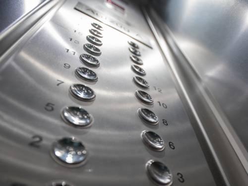 Zahlen stehen neben runden Knöpfen. Darüber lassen sich die Stockwerke wählen, die der Aufzug anfahren soll.