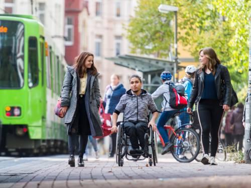 Jugendliche auf dem Weg von einer Stadtbahnhaltestelle.