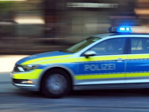 Ein Polizeiauto fährt mit Blaulicht.